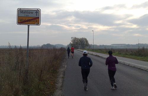 Läufer vor bedecktem Himmel
