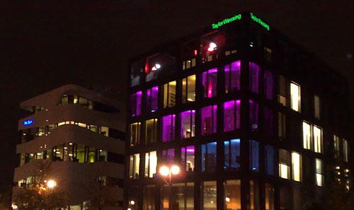 Bunte Lichter in Bürogebäuden