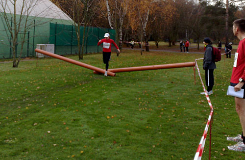 Läuferin springt über Hürde