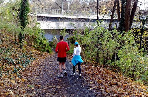 Läufer an Teltowkanal-Brücke