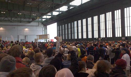 Läufer im Hangar vor dem Start