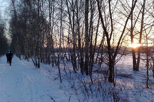 Laufen auf Schnee auf dem Mauerweg