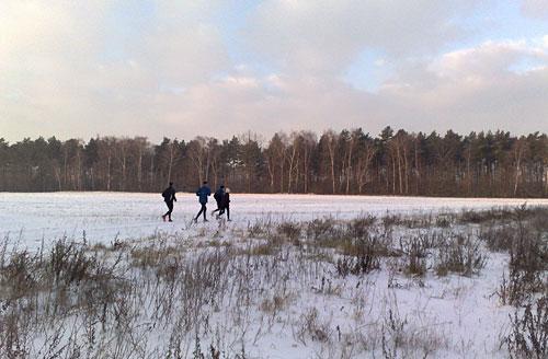 Läufer auf freiem (Schnee-)Feld