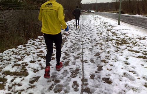 Läufer auf matschigem Weg