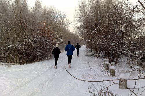 Läufer auf verschneitem Weg