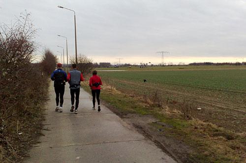 Läufer auf dem Mauerweg Richtung Schönefeld