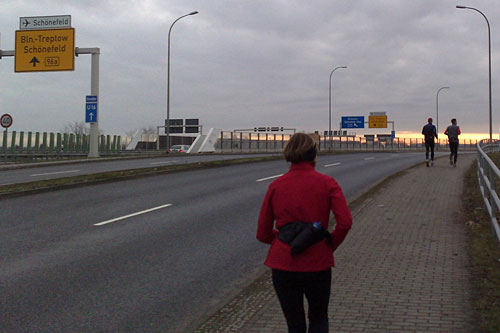 Läufer beim Flughafen Schönefeld