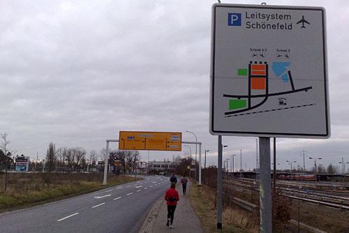 Läufer und Schild Leitsystem Flughafen Schönefeld