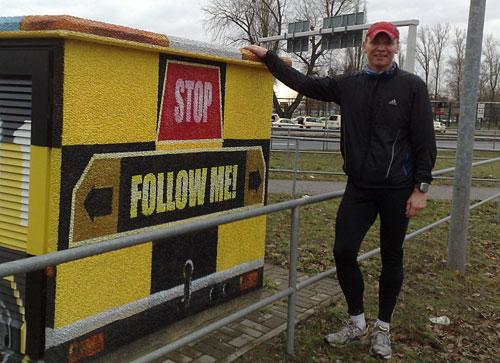 Läufer vor Beschriftung Follow me