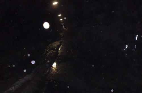 Dunkle Straßen im Regen