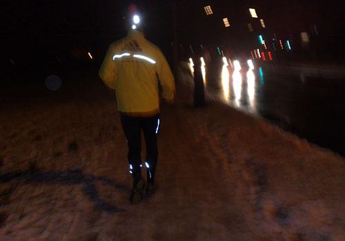Läufer auf vereistem Fußweg