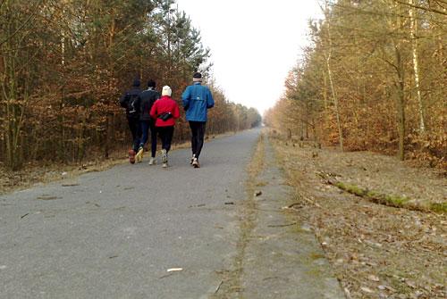 Läufer auf dem Mauerweg zwischen Bäumen