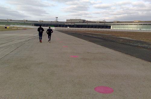 Läufer vor dem Hauptgebäude