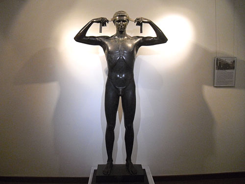 Statue Jüngling mit Siegerbinde im Sportmuseum Berlin