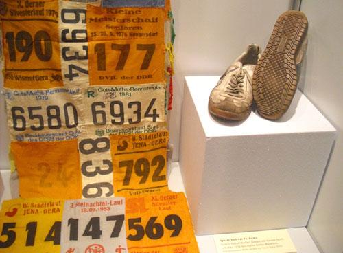 Deutsche Marathon-Geschichte: Startnummern und Laufschuhe