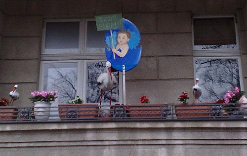 Geburtshaus Steglitz mit Störchen und Baby