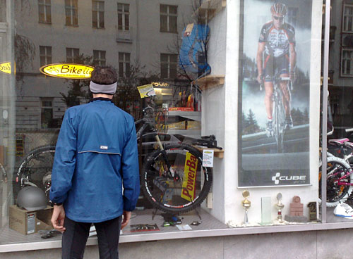Läufer vor Fahrrad-Laden