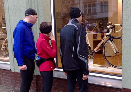 Läufer vor Schaufenster mit exklusivem Rennrad