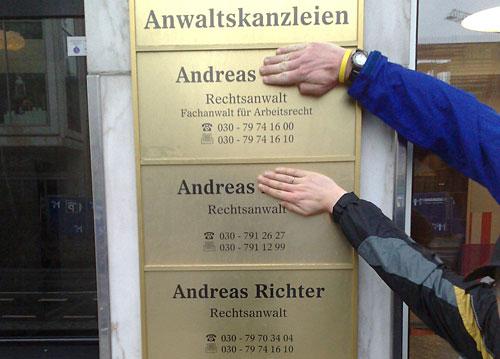 Schild mit drei Anwälten mit dem Vornamen Andreas