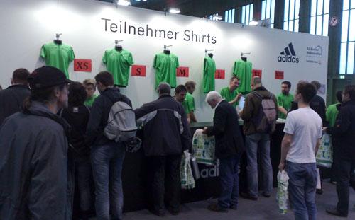 Stand mit Teilnehmer-Shirts