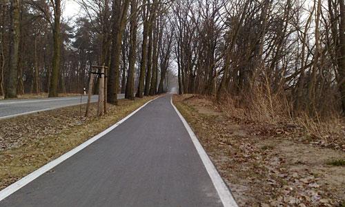 Asphaltweg neben der Straße