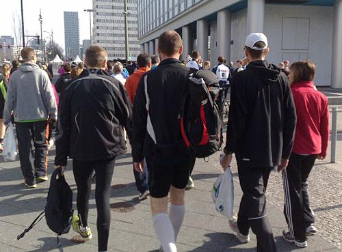 Läufer auf dem Weg zum Start