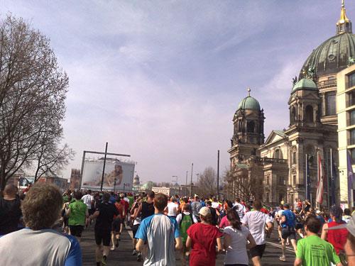 Berliner Dom mit Läufern