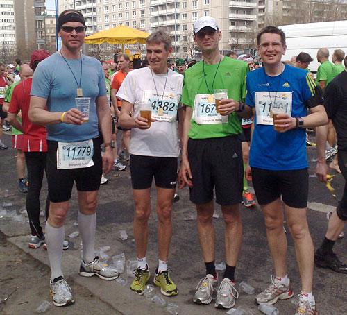 Läufer mit alkoholfreiem Bier im Ziel