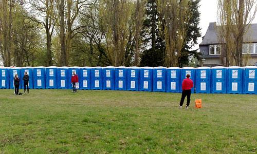Reihe Dixi-Toiletten und wenige Läufer