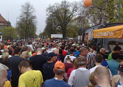 Läufer im Startblock des Drittelmarathon