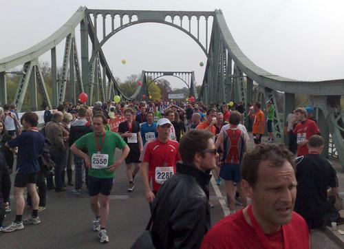 Läufer im Ziel des Drittelmarathon auf der Glienicker Brücke