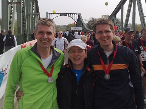 Läufer im Ziel des Drittelmarathon Potsdam