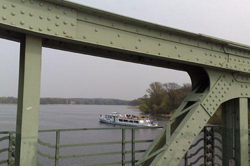 Blick von der Glienicker Brücke auf ein Ausflugsschiff