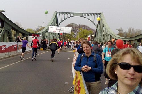 Läuferinnen und Läufer vor dem Ziel auf der Glienicker Brücke