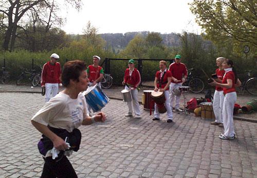 Läuferin und Trommelgruppe
