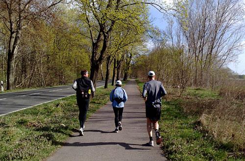 Läufer auf dem Weg zur Berliner Stadtgrenze