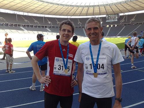 Läufer mit Medaillen im Olympiastadion