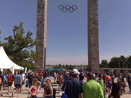 Läufer und olympische Ringe am Olympiastadion