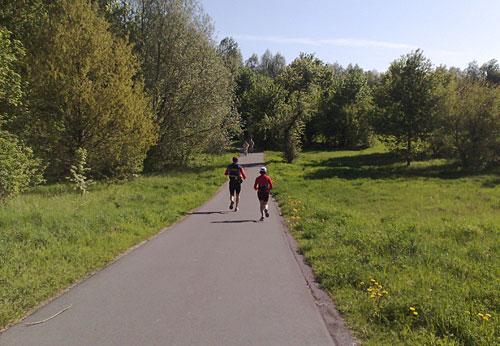 Läufer auf dem Mauerweg neben dem Teltowkanal