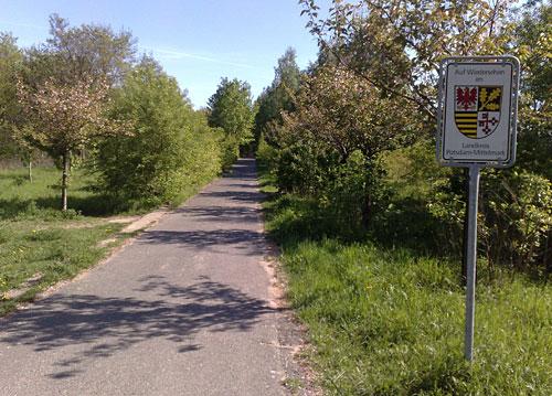 Mauerweg mit Schild Potsdam-Mittelmark