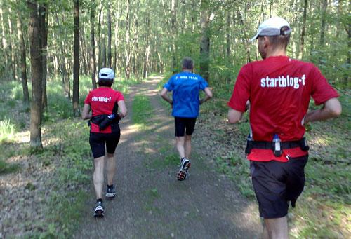 Läufer-Gruppe im Wald