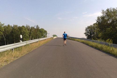 Läufer beim Hinauflaufen einer Brücke