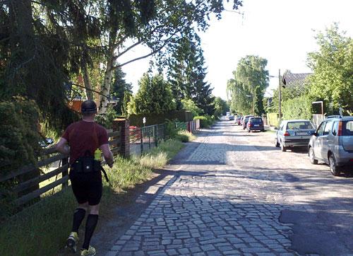 Läufer auf Straße mit Kopfsteinpflaster