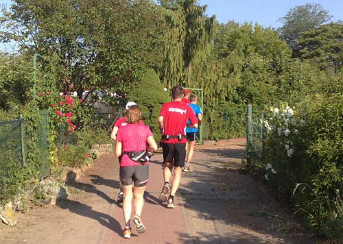 Läufer in Kleingartenkolonie