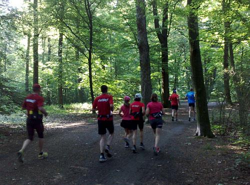 Lauf-Gruppe im Wald