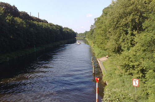 Teltow-Kanal mit Schiff