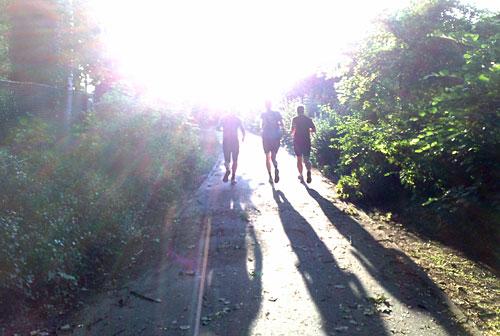 Läufer laufen der Sonne entgegen