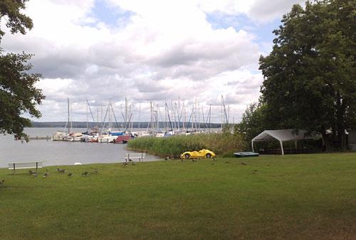 Blick auf den See mit Wolken und Booten