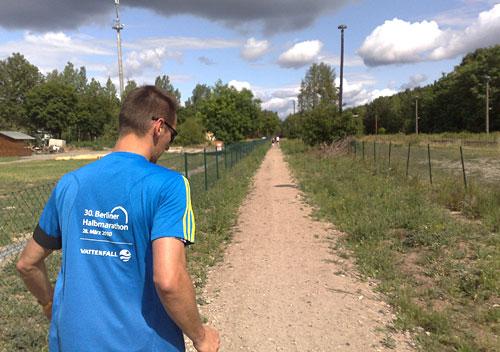 Läufer an der Bahnstrecke