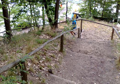 Läufer auf steilem Abstieg